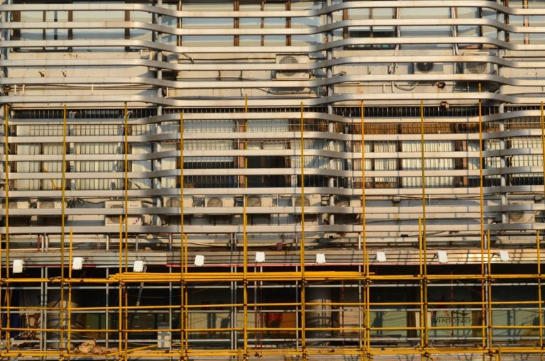 Skuteczne zabezpieczanie pracowników budowlanych przed upadkiem
