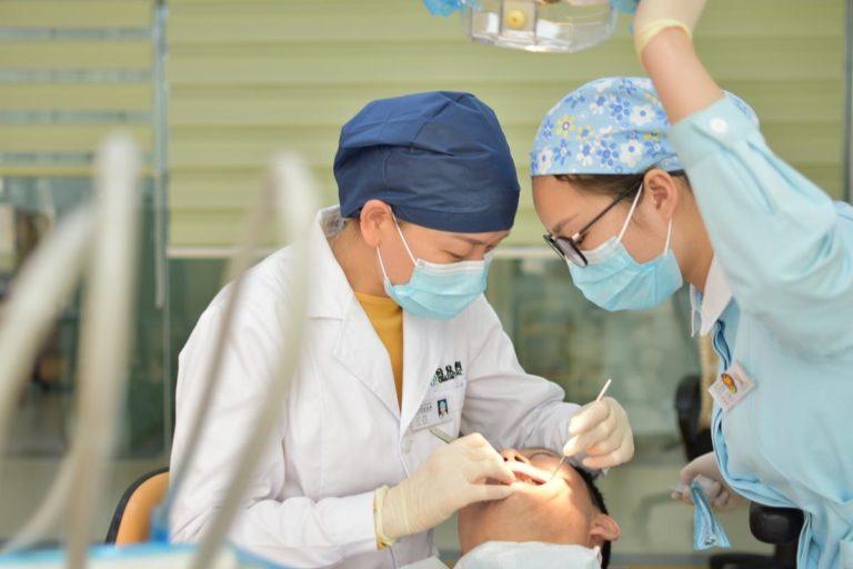 Jakie usługi oferują profesjonalne gabinety stomatologiczne?