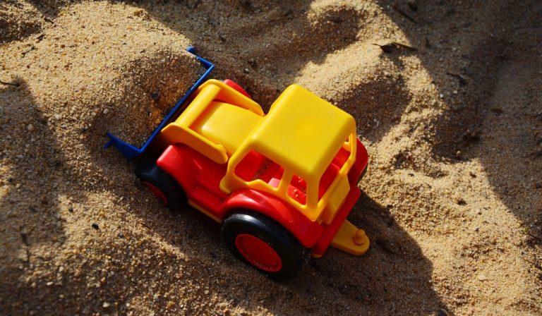 W jakim piasku bawią się dzieci w osiedlowej piaskownicy?